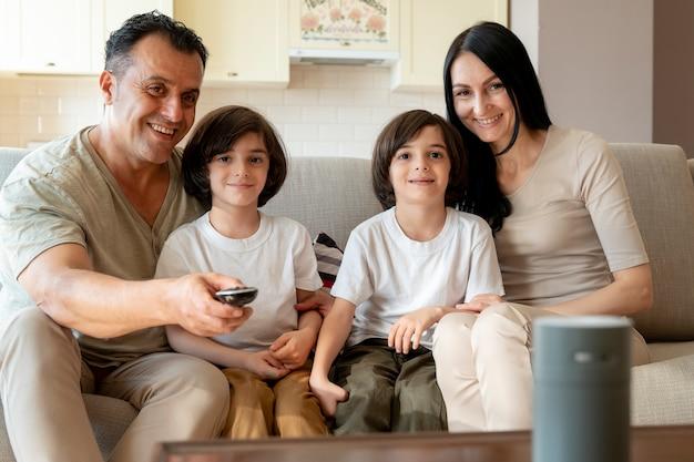 Família usando um alto-falante inteligente em casa