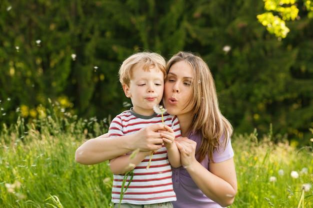 Família verão - soprando sementes de dente de leão