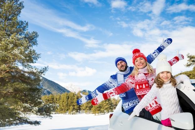 Família viajando de carro pessoas se divertindo nas montanhas pai, mãe e filho nas férias de inverno