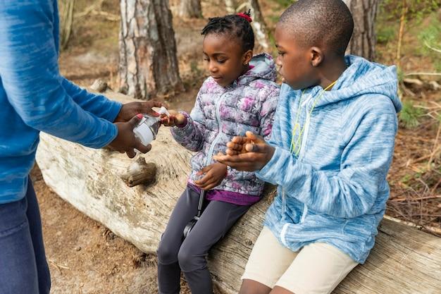 Família viajando junta pela floresta