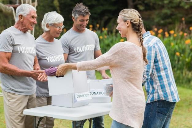 Família voluntária feliz separando doações de animais