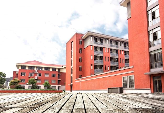 Famílias edifícios vermelho