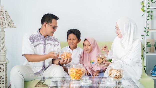Famílias muçulmanas asiáticas celebram o eid juntas enquanto desfrutam de uma refeição