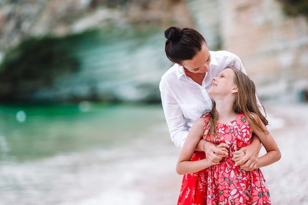 Familly na praia tropical. mãe e filho aproveitam suas férias