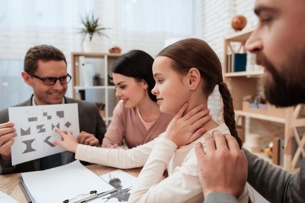 Family pass graphic test no escritório do psicólogo.