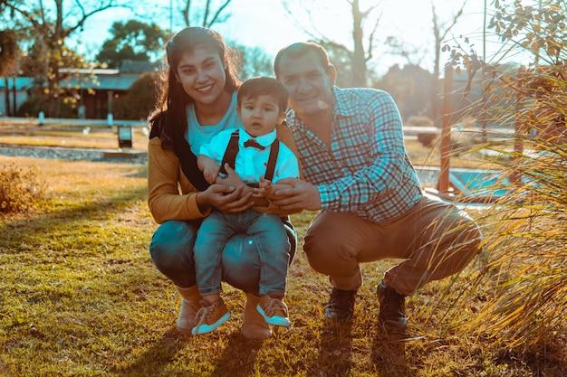Famlily sentado na grama no parque