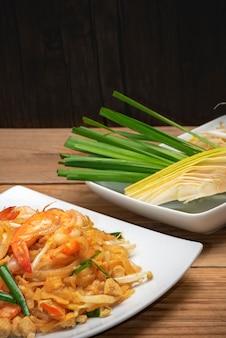 Famosa comida tailandesa chamada pad tailandês na chapa branca