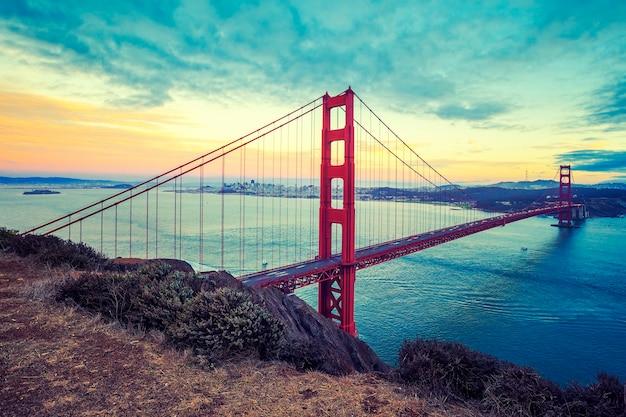 Famosa golden gate bridge, san francisco, processamento fotográfico especial.