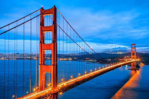 Famosa golden gate bridge, são francisco à noite, eua