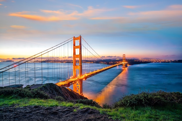 Famosa golden gate bridge, são francisco ao pôr do sol, eua