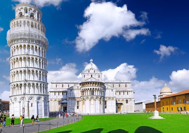 Famosa piazza dei miracoli praça dos milagres em pisa, itália