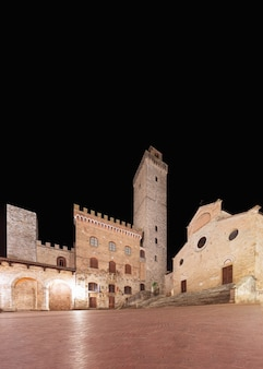 Famosa piazza del duomo à noite em san gimignano, toscana, itália.