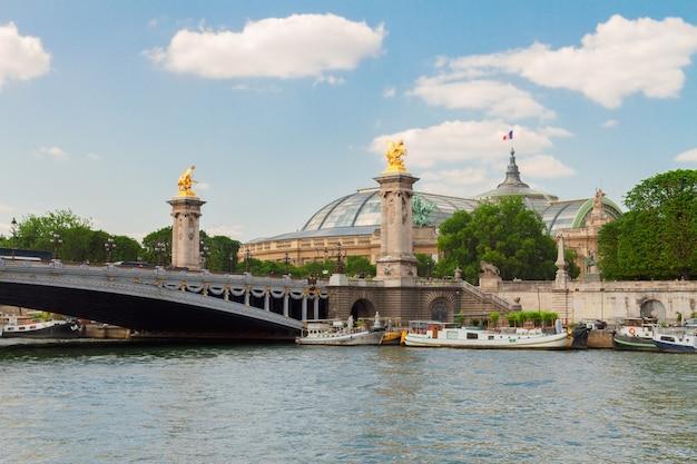 Famosa ponte de alexandre iii sobre as águas do rio sena em dia de verão, frança