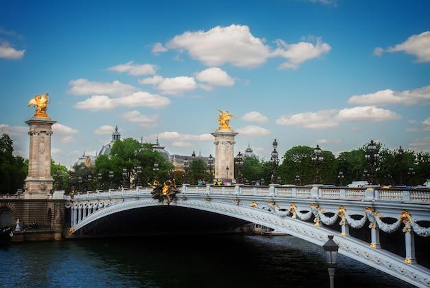 Famosa ponte de alexandre iii sobre o rio sena em dia de verão, frança, em tons retrô