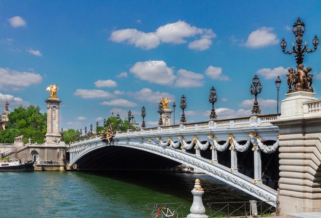 Famosa ponte de alexandre iii sobre o rio sena em um dia de verão, frança