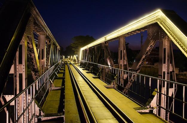 Famosa ponte ferroviária com lâmpada de néon amarela em kanchanaburi, tailândia