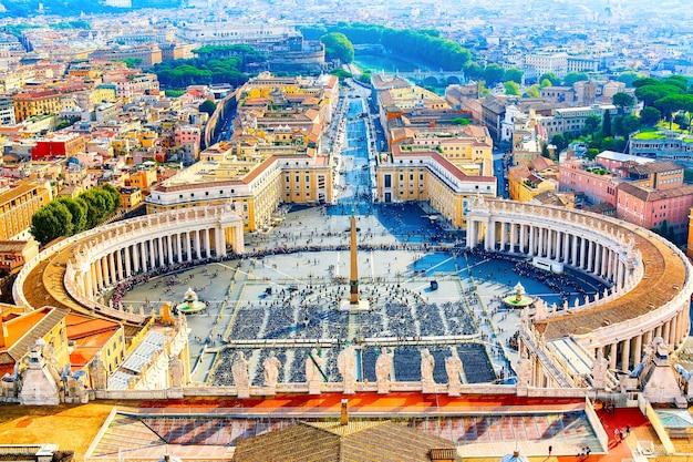 Famosa praça de são pedro no vaticano e vista aérea da cidade de roma durante o dia ensolarado.