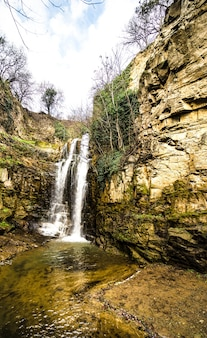 Famosa ravina de figueiras em old tbilisi com sua cachoeira rochosa na primavera