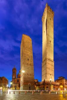 Famosas duas torres de bolonha à noite, itália