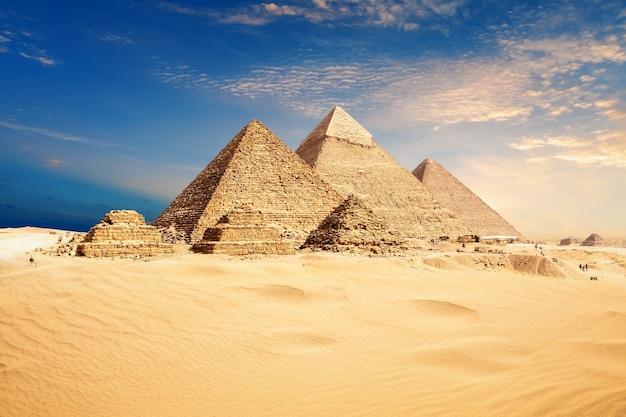 Famosas pirâmides de gizé, bela vista do deserto, cairo, egito