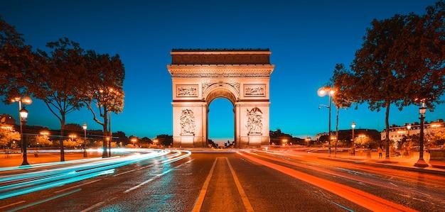 Famoso arco do triunfo à noite, paris, frança.