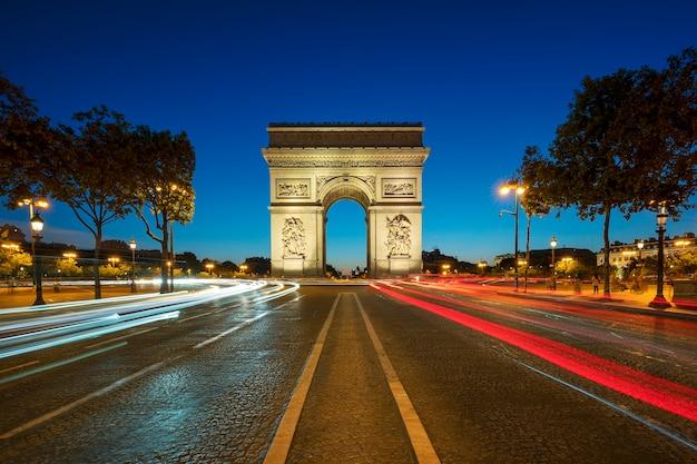 Famoso arco do triunfo à noite