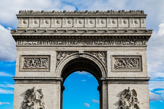 Famoso arco do triunfo histórico em paris, frança