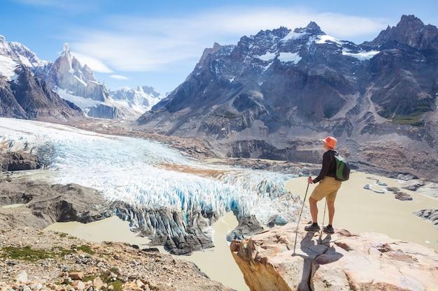Famoso belo pico cerro torre nas montanhas da patagônia, argentina. belas paisagens de montanhas na américa do sul.