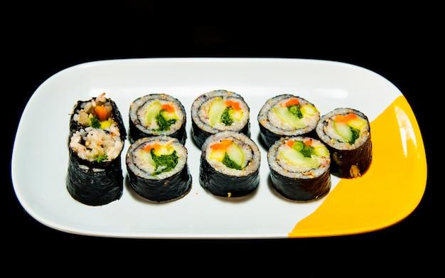 Famoso kimbap de comida artesanal coreana, rolando arroz
