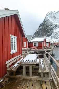 Famoso local rorbuer vermelho na ilha de lofoten, viajando na noruega