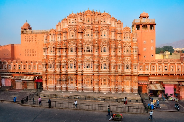 Famoso marco histórico rosa hawa mahal palácio dos ventos com pessoas e transporte jaipur rajasthan india