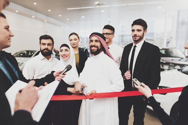 Famoso saudita homem dá entrevista inauguração