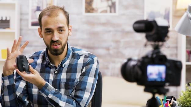 Famoso vlogger filmando resenhas de mouse para seguidores. criador de conteúdo criativo.