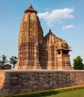 Famosos templos de khajuraho com esculturas na índia Foto Premium