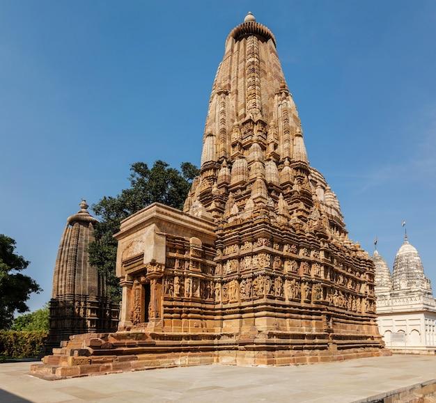 Famosos templos de khajuraho com esculturas na índia
