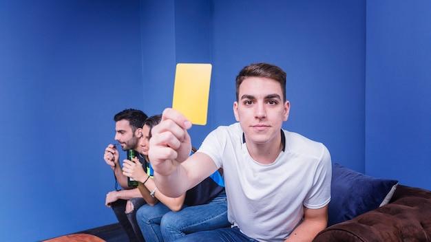 Fan mostrando cartão amarelo