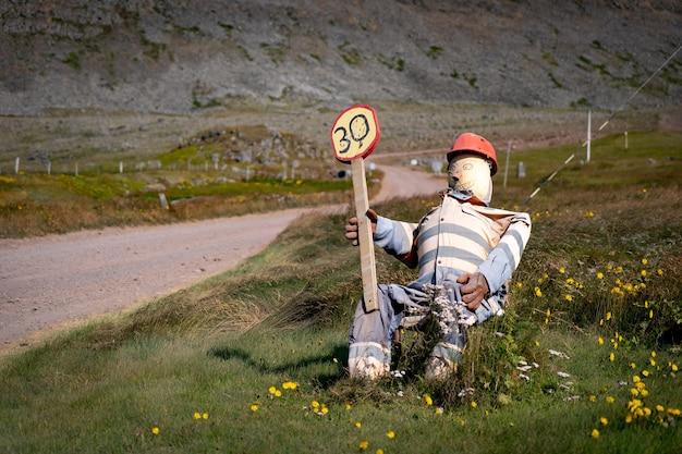 Fanny traffic controller feita como uma boneca na estrada na islândia