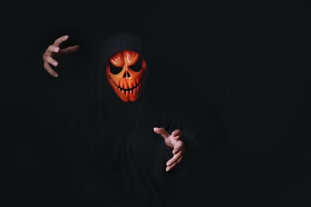 Fantasia de diabo de terror com caveira de abóbora assustadora vestida de preto para o carnaval de halloween