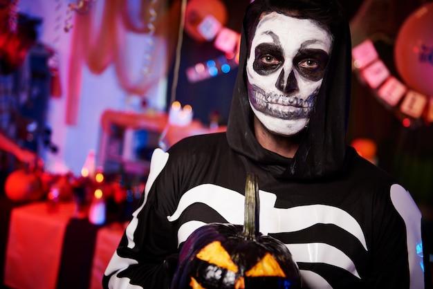 Fantasia de esqueleto assustador com abóbora