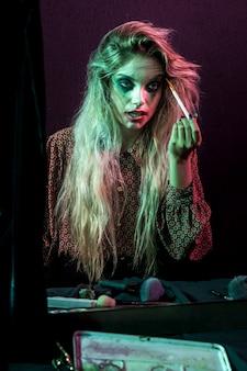 Fantasia de personagem de cabelos compridos de halloween usando maquiagem