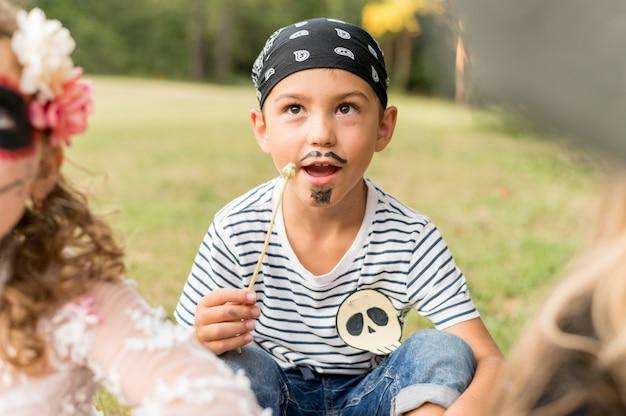 Fantasia de pirata para o halloween