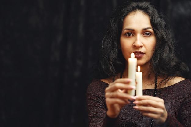 Fantasia linda cigana. mulher cartomante lendo futuro em cartas de tarô mágico. Foto gratuita