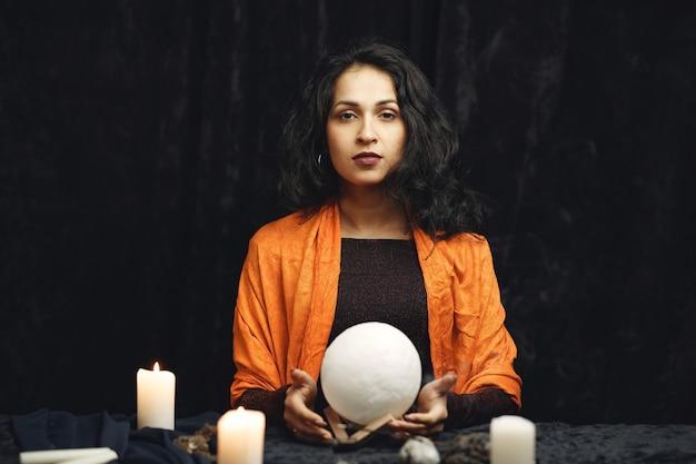 Fantasia linda cigana. mulher cartomante lendo futuro em cartas de tarô mágico.