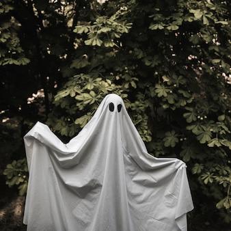 Fantasma com as mãos levantadas