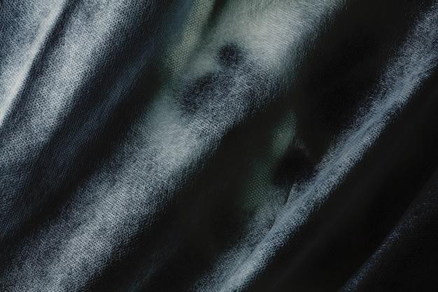 Fantasma com véu nas sombras.