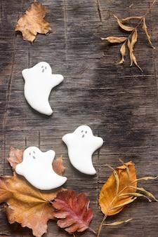 Fantasma de gengibre para o halloween, decorado com folhas de outono