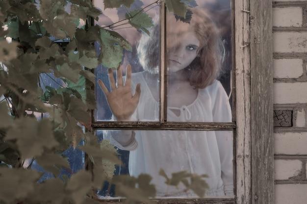 Fantasma de menina na janela antiga