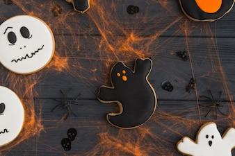 Fantasma e rostos engraçados gingerbread com efeitos de teia de aranha