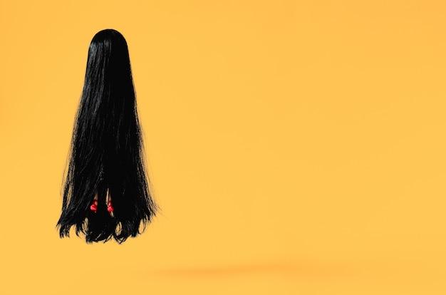 Fantasma feminina de cabelos longos com sapato vermelho de salto alto, voando para o ar com fundo laranja. halloween mínimo assustador.