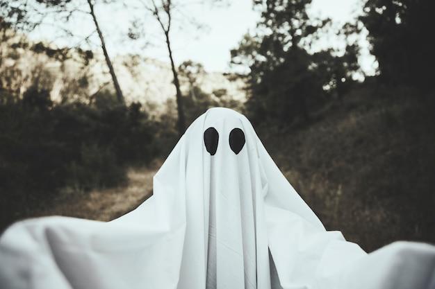 Fantasma sombrio no parque escuro